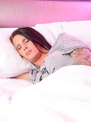 Big cocked Morgan Bailey having her morning fun